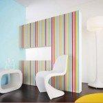 Papel pintado a rayas para elevar la impresión de altura de una sala