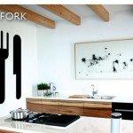 Un cuchillo y tenedor gigante en la cocina