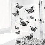 Mariposas en la mampara de cristal del baño