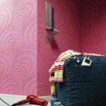 Una belleza en la pared, papel pintado pero con relieve