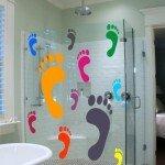 Pies de colores en la mampara del baño