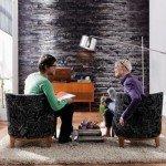 Bellísimo efecto pared de piedra en la sala con un fotomural