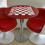 En un par de minutos, una mesa con tablero de ajedrez