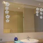 Vinilo decorativo con flores para el espejo del baño