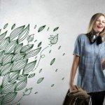 Un vinilo hermoso con hojas naturales emergiendo en la pared