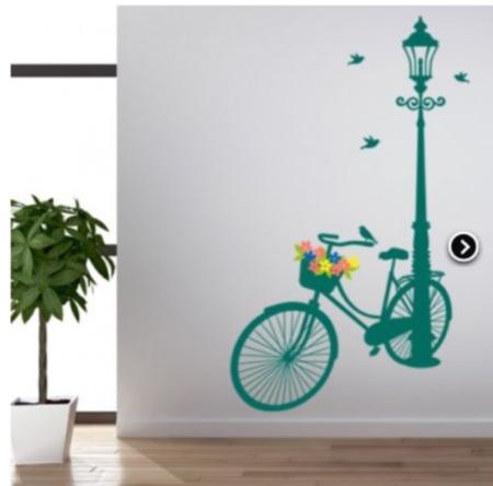 la simpleza de la bicicleta con un canasto lleno de flores