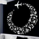 Un avión que deja una estela de iconos de viajes