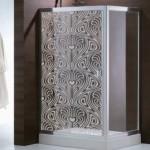 Un diseño simétrico Art Noveau para la mampara del baño