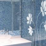 Decora la mampara del baño con un vinilo floral